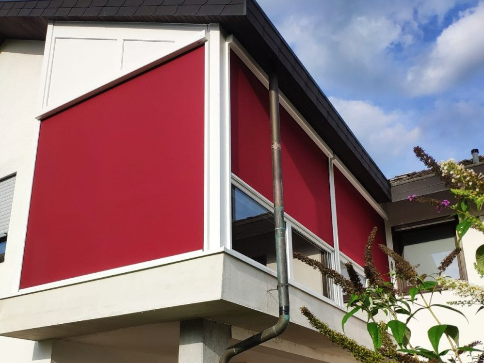 Roter Zipscreen an Glasfront